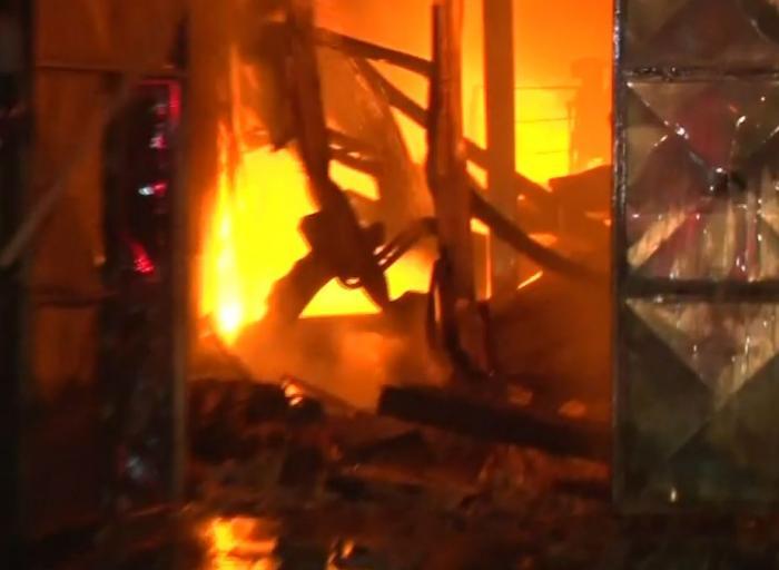 Incendiu puternic la o firmă din Brazi care colectează deșeuri periculoase. Surse: Un angajat ar fi intrat noaptea trecută în hală