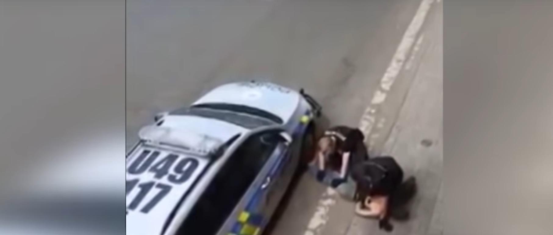 Cehia, în mijlocul unui scandal de proporţii. Un tânăr de origine rroma, imobilizat la fel ca George Floyd: suspectul a murit în ambulanţă - VIDEO