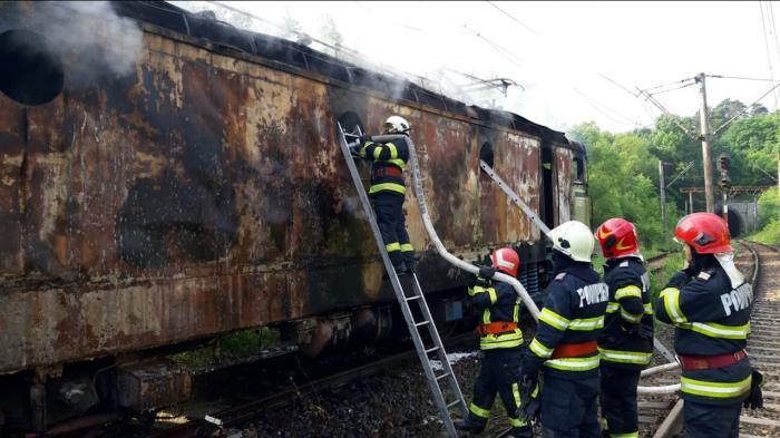 Locomotiva unui tren de marfă s-a făcut scrum după ce a ars ca o torță timp de opt ore, în Caraș-Severin