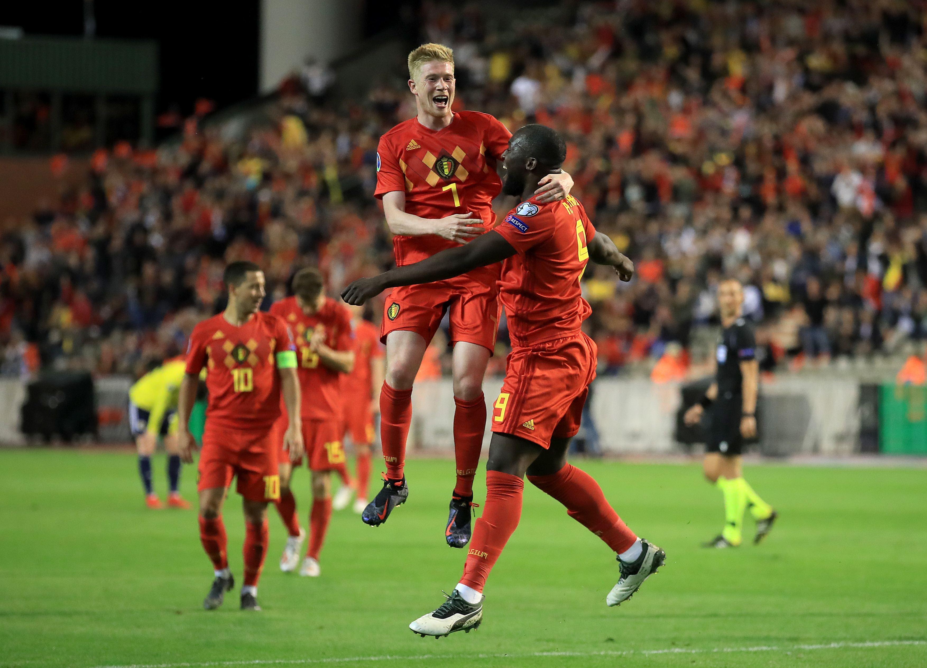 Eden Hazard îi privește pe Lukaku și De Bruyne bucurându-se după marcarea unui gol