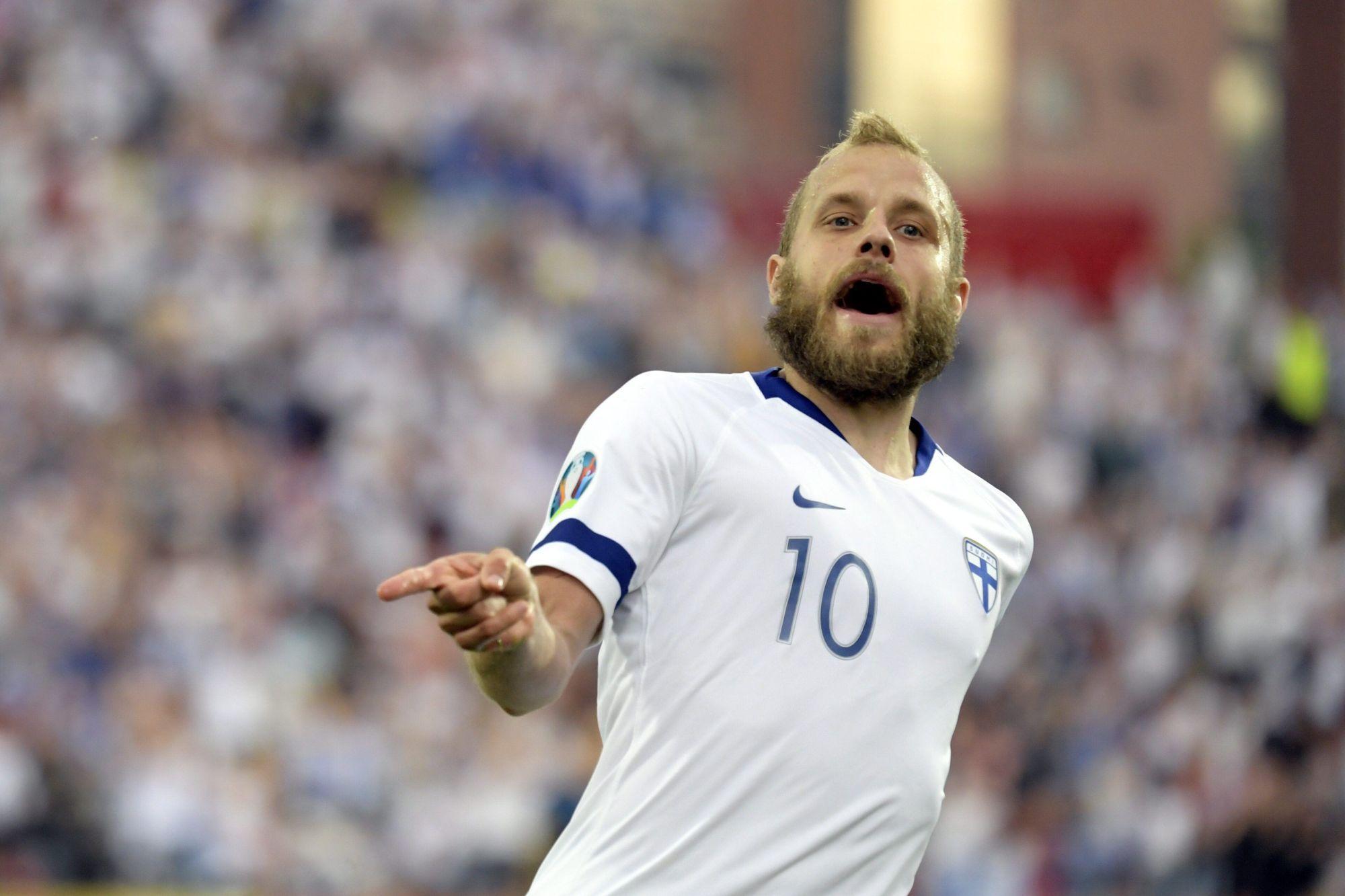 Teemu Pukki, golgheterul Finlandei în preliminariile pentru EURO 2020, sărbătorește marcarea unui gol în partida cu Bosnia