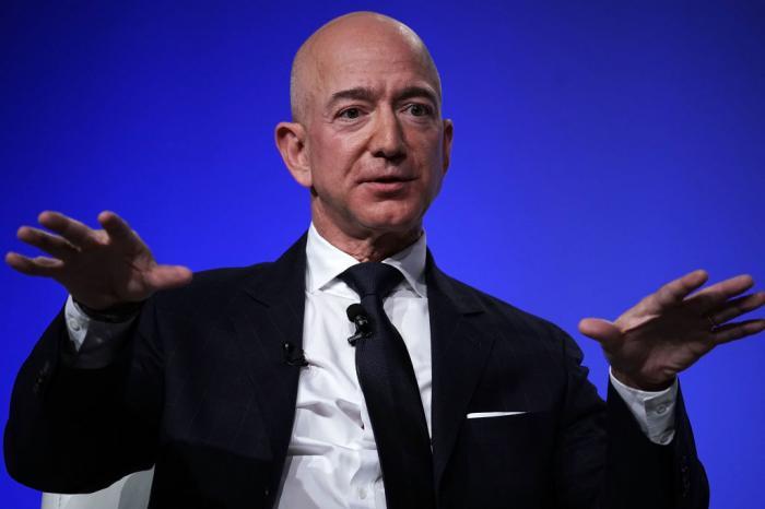Jeff Bezos va zbura în spațiu pe 20 iulie împreună cu fratele său. Cât costă al treilea loc în racheta New Shepard, scos la licitație