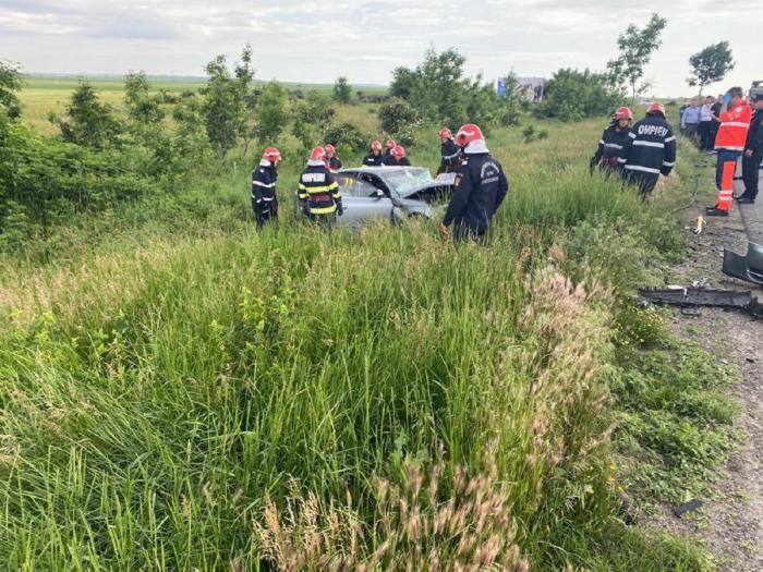 O maşină a fost aruncată pe câmp, după accidentul din Buzău