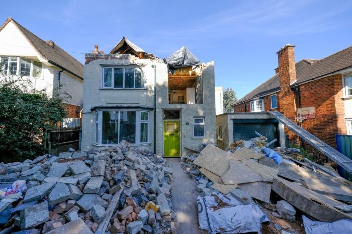 casă distrusă de un constructor, Anglia