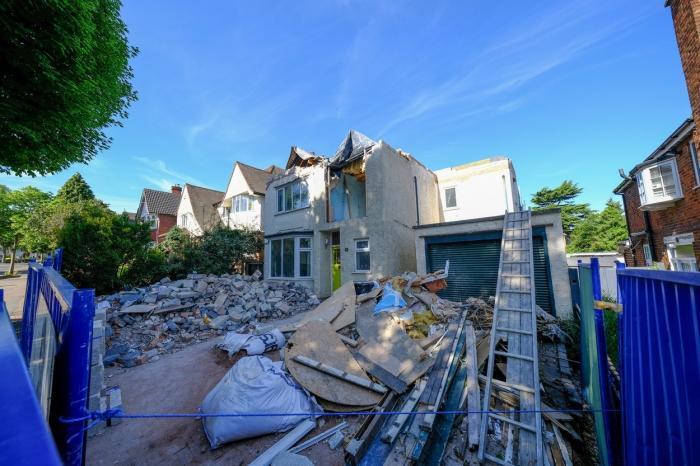 Casa a rămas fără acoperiș și cu o gaură uriașă în perete