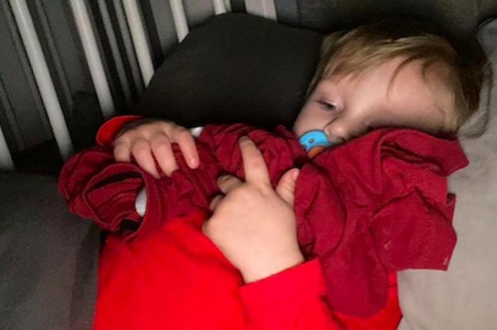 Riley ţine în braţe tricoul tatălui