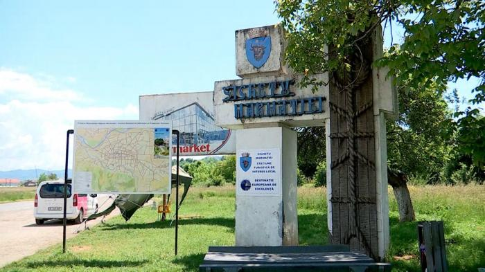 Autorităţile din Sighetu Marmaţiei, planuri noi pentru plăcuţe de informare trilingve. Prima iniţiativă cu plăcuţe bilingve a rezistat trei zile