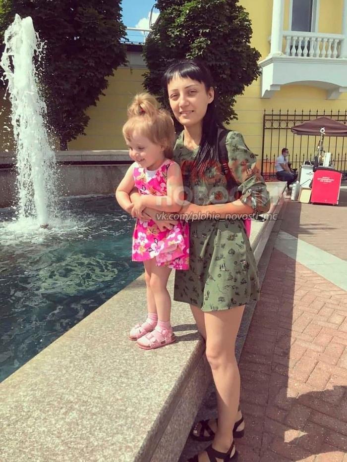 """O mămică a fost arestată, după ce şi-a scăpat fiica de trei ani de la etajul 6, în Rusia. Cu câteva secunde înainte de cădere, copila a fost auzită ţipând: """"Îmi e frică"""""""