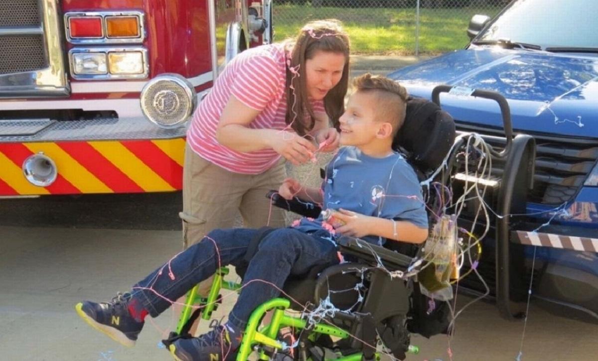 O mamă s-a prefăcut că fiul ei adoptiv suferă de o boală misterioasă. Copilul era ţinut într-un scaun cu rotile şi alimentat printr-un tub, în SUA