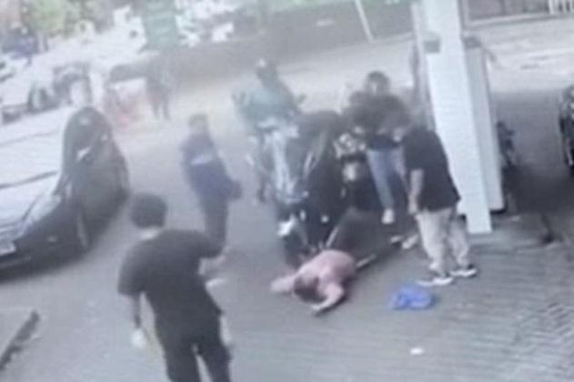 Momentul şocant în care şefa unei benzinării din Marea Britanie e atacată de un motociclist, nervos că nu a primit combustibil - VIDEO