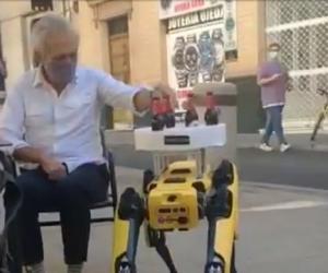 Un robot, ospătar într-o berărie din Sevilla. Lucrează doar experimental, pe durata pandemiei
