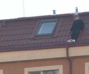 Momentul în care tânărul din București s-a aruncat în gol de pe acoperiş. Fosta iubită a asistat la scenă