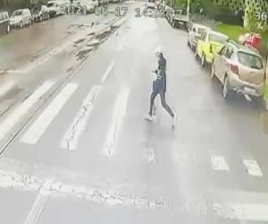 Momentul în care șoferul beat o lovește cu autobuzul pe fata de 15 ani, pe o trecere din Iași, a fost filmat. Copila este în comă