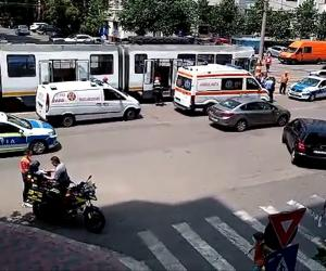 Incident grav în Capitală. Un bărbat a ajuns la spital după ce a fost rănit de o bucată de şină care a intrat prin podeaua unui tramvai