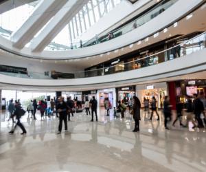 Obligaţia de a prezenta certificatul verde în malluri şi hoteluri, omisă în Hotărârea publicată în Monitorul Oficial