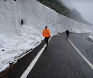 Drumarii se luptă cu nămeţii ca în mijlocul iernii: zăpadă de 7-8 metri pe Transfăgărăşan - VIDEO