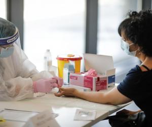 Cum procedez dacă m-am vaccinat, dar am intrat în contact cu o persoană depistată pozitiv cu Covid? Cele două scenarii posibile: cum poate fi evitată carantina