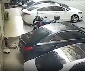 O tânără pe jumătate dezbrăcată s-a prăbușit de la balcon și a aterizat pe plafonul unei mașini, în Taipei