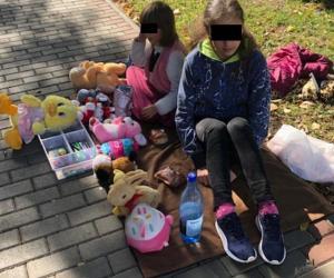 Copilărie furată: Două surori din Roman îşi vând plângând jucăriile ca să-şi poată ajuta sora mai mare să-şi plătească facturile